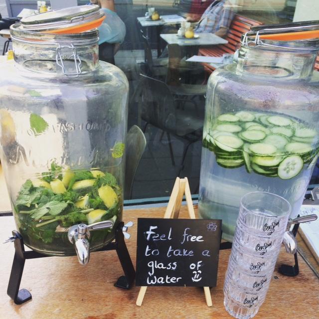 hipster watercafé water drinken op scholen JOGG