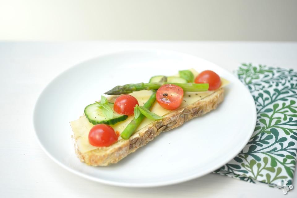 broodje met tomaat, asperges en komkommer, groentesnack Keet Smakelijk